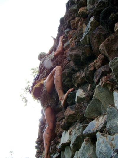 Vượt qua vách núi cheo leo không cần bất kỳ một dụng cụ bảo hiểm nào.