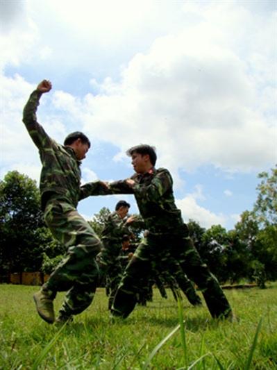 Các chiến sĩ đặc công rèn luyện võ thuật.