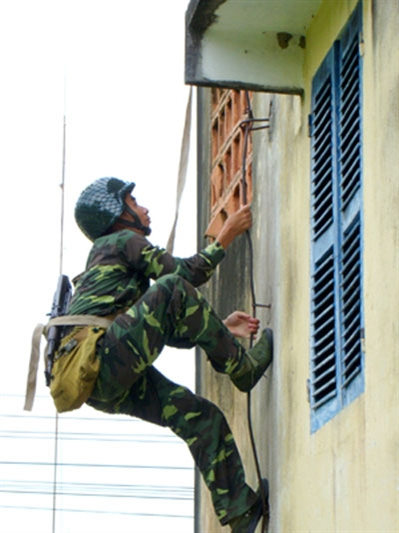 Một người lính đặc công leo nhà cao tầng chỉ bằng tay không.