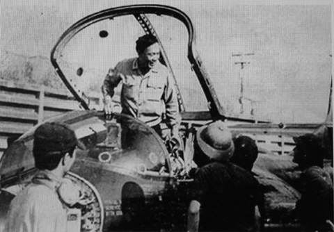 Thiếu tướng Phạm Ngọc Lan (khi đó là thiếu tá phi công) bước xuống sau chuyến bay thử máy bay A-37 thu hồi được của địch. Ảnh tư liệu
