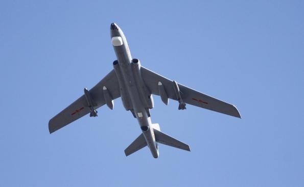 Máy bay ném bom H-6H của Trung Quốc.