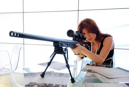 Người đẹp Nga bên súng trường bắn tỉa ORSIS T-5000 thế hệ mới.