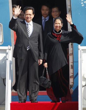Thủ tướng Nguyễn Tấn Dũng và Phu nhân Trần Thanh Kiệm vẫy tay chào sau khi máy bay hạ cánh xuống sân bay Seongnam ở phía nam thủ đô Seoul, Hàn Quốc, hôm qua. Ảnh: AFP