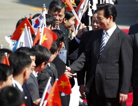 Thủ tướng Nguyễn Tấn Dũng được chào đón nhiệt liệt khi tới thủ đô Seoul của Hàn Quốc để tham gia Hội nghị Thượng đỉnh An ninh Hạt nhân trong hai ngày 26 và 27/3. Sau hội nghị này, Thủ tướng sẽ có chuyến thăm chính thức Hàn Quốc từ ngày 27 tới 29/3. Ảnh: AFP