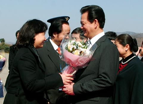 Cán bộ, nhân viên Đại sứ quán Việt Nam tại Hàn Quốc chào đón Thủ tướng và Phu nhân. Ảnh: Chinhphu.vn