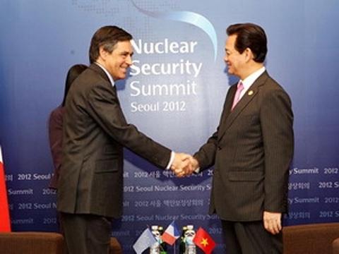 Bên lề hội nghị, Thủ tướng Nguyễn Tấn Dũng đã có các cuộc gặp gỡ với Thủ tướng Pháp Francois Fillon (ảnh), Bộ trưởng Ngoại giao Đức Guido Westerwelle và Bộ trưởng Ngoại giao Hà lan Uri Rosenthal. Ảnh: TTXVN