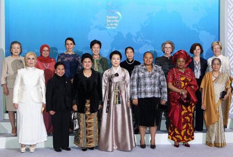 Phu nhân của lãnh đạo các nước chụp ảnh kỷ niệm trước bữa tiệc tối trong khuôn khổ Hội nghị Thượng đỉnh An ninh Hạt nhân lần thứ hai. Bà Trần Thanh Kiệm, Phu nhân của Thủ tướng Nguyễn Tấn Dũng, đứng thứ tư từ phải sang ở hàng sau. Ảnh: AFP