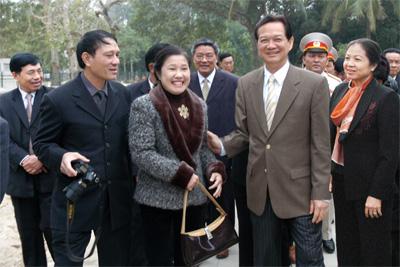 Thủ tướng Nguyễn Tấn Dũng và phu nhân với vợ chồng tác giả tại Khu di tích Kim Liên, tháng 12-2006.