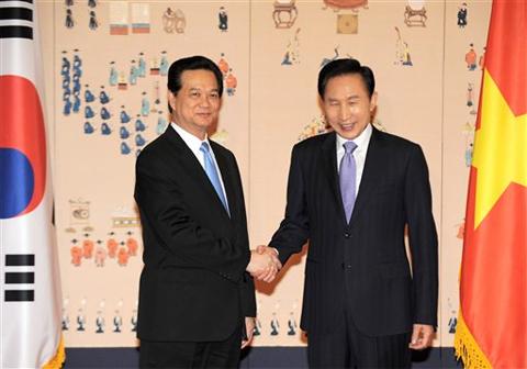 Thủ tướng Nguyễn Tấn Dũng và Tổng thống Hàn Quốc Lee Myung-bak trong cuộc gặp tại Nhà Xanh (dinh tổng thống Hàn Quốc) tại Seoul ngày 30/5/2009. Ảnh: AP