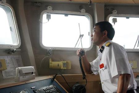 Thuyền phó Nguyễn Đình Giảng trên buồng chỉ huy.