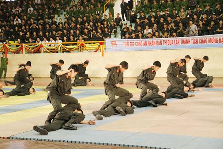 Sau các trận đấu chung kết là tới màn biểu diễn võ thuật thuộc các lực lượng công an, cơ động, cảnh vệ. Trong ảnh là màn đồng diễn võ thuật của hàng chục chiến sĩ cảnh sát cơ động.