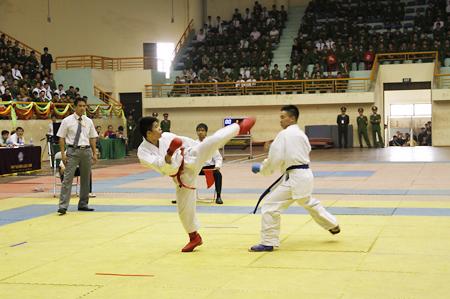 Sau 2 ngày tranh tài quyết liệt, sôi nổi, chiều 27/3 đã diễn ra các trận đấu chung kết các nội dung Karatedo và Taekwondo. Trong ảnh là trận chung kết Karatedo, ở nội dung này đã diễn ra ba trận ở các hạng cân khác nhau.