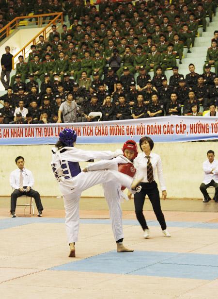 Các nữ chiến sĩ công an quyết đấu trong trận tranh huy chương vàng nội dung Taekwondo.
