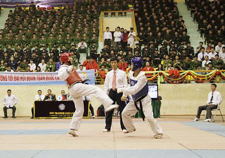 Chung kết nam nội dung Taekwondo, các chiến sĩ công an thi đấu hết mình cống hiến những màn đấu võ đẹp mắt.