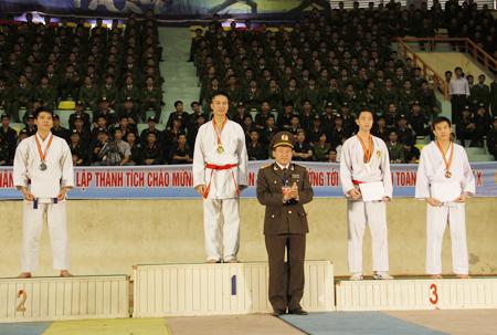 Kết thúc Liên hoan là phần trao huy chương cho các nam, nữ vận động viên.