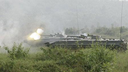 Xe chiến đấu bộ binh BMP-1 của Lục quân Việt Nam trong cuộc diễn tập bắn đạn thật.