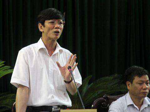 Chánh văn phòng UBND tỉnh Bùi Huy Thanh phát biểu tại buổi họp báo chiều 23/4. Ảnh: Nguyễn Hưng.