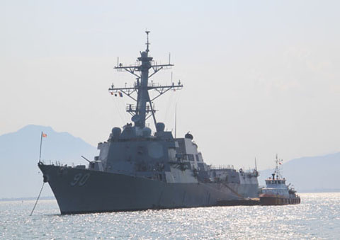 Ngày 25/4, tàu khu trục có tên lửa dẫn đường USS Chafee vẫn đang ở ngoài vịnh Đà Nẵng, do mức mớn nước lớn nên tàu chưa thể vào cảng Tiên Sa. Đây là một trong nhóm ba con tàu đến thăm Việt Nam lần này.