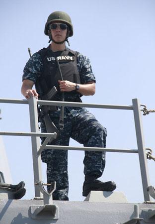 Lính gác mang theo vũ khí đứng tại các điểm quan sát trên tàu.