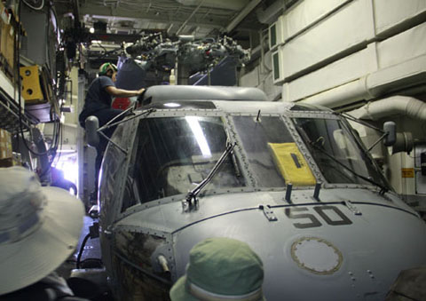 Máy bay trực thăng SH-60 (LAMPS 3) được đặt phía trong tàu và luôn được kiểm tra, bảo dưỡng thường xuyên.