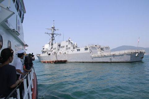 Chiến hạm USS Chafee nhìn từ phía đuôi. Đây là tàu khu trục tên lửa dẫn đường thuộc lớp Arleigh Burke, do công ty Bath Iron Works đóng, được hạ thủy vào tháng 11/2002, đưa vào phục vụ quân đội từ tháng 10/2003.