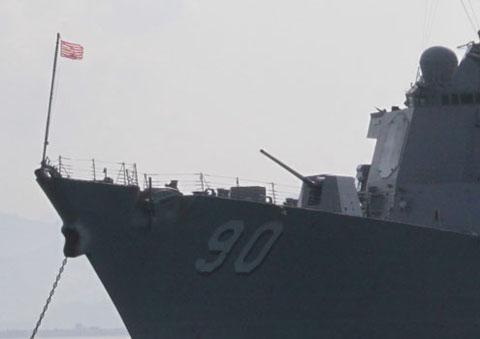 Hệ thống pháo hạm được trang bị ngay phía mũi tàu, dấu hiệu dễ dàng nhận biết tàu khu trục của hải quân. Con tàu này được lấy tên của Thượng nghị sĩ John Lester Hubbard Chafee (1922-1999).