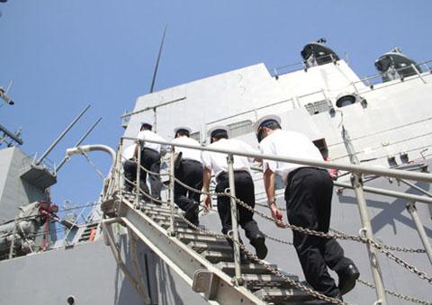 Chiều 25/4, năm sĩ quan Việt Nam đã lên tàu tham quan, đồng thời tham gia huấn luyện về kiểm soát thảm họa.
