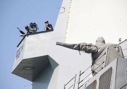 Vọng gác của lính được thiết kế nhô ra phía trên boong tàu. Cạnh đó là hệ thống súng máy chống máy bay tấn công ở cự ly gần, đang được bao bọc kín.