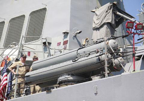 Các sĩ quan trên tàu giới thiệu về hệ thống khí tài bố trí trên mạn tàu.