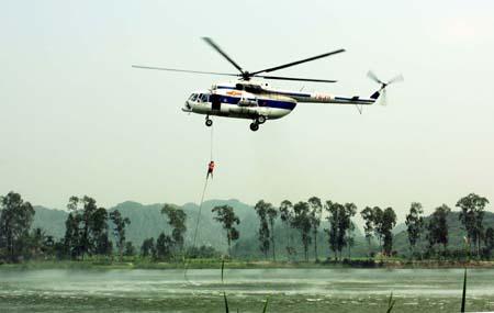 Đặc công hải quân luyện tập đổ bộ bằng trực thăng.