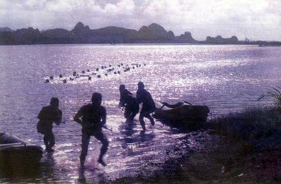Đặc công hải quân luyện tập đổ bộ đánh chiếm mục tiêu.