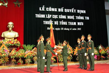 Thượng tướng Đỗ Bá Tỵ - Tổng Tham mưu trưởng QĐNDVN, Thứ trưởng trao Quân kỳ Quyết thắng cho đại diện Cục Công nghệ Thông tin/Bộ Tổng tham mưu. Ảnh: Hồng Cường