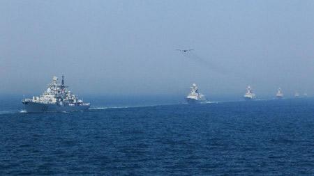 Buổi chiều, Hải quân Nga - Trung tiến hành duyệt hạm đội với sự tham gia của 19 tàu chiến và 19 máy bay.
