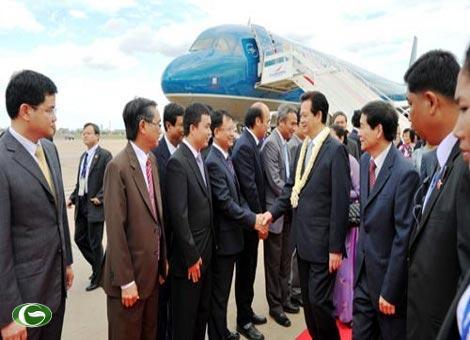 Lễ đón Thủ tướng Nguyễn Tấn Dũng và đoàn Việt Nam tại sân bay quốc tế Pochentong.