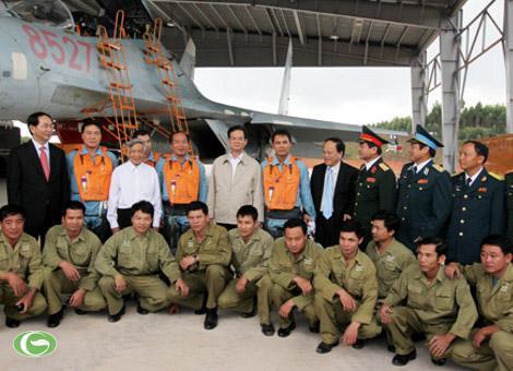 Thủ tướng Nguyễn Tấn Dũng thăm và làm việc với cán bộ, chiến sĩ Trung đoàn 940, Sư đoàn 372 – Quân chủng Phòng không Không quân, tỉnh Bình Định