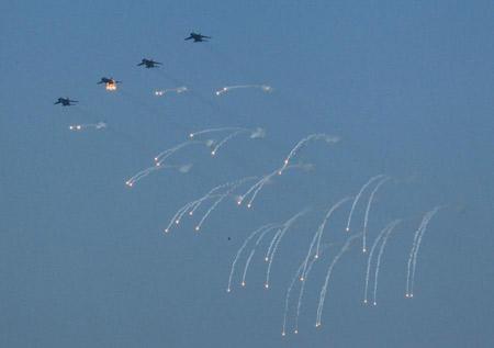Cùng tham gia duyệt hạm đội còn có phi đội JH-7, J-8, máy bay tuần thám biển Trung Quốc.