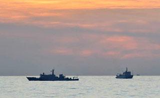 Hai tàu hải giám của Trung Quốc gần bãi cạn Scarborough - Ảnh: AFP