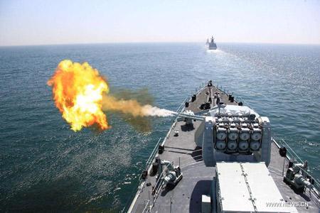 Pháo hạm 100mm của tàu khu trục tên lửa Cáp Nhĩ Tân (Type 052) nhả đạn trong buổi bắn đạn thật ngày 26/4.
