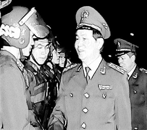 Bộ trưởng Bộ Công an Trần Đại Quang động viên các chiến sỹ cảnh sát cơ động chuẩn bị vào ca trực trong dịp Tết Nhâm Thìn.