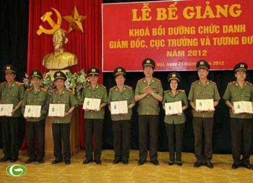 Thượng tướng Trần Đại Quang, Ủy viên Bộ Chính trị, Bộ trưởng Bộ Công an trao Bằng chứng nhận hoàn thành chương trình cho các học viên có thành tích xuất sắc.
