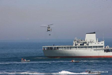 Trực thăng thả lính đặc nhiệm trong bài giải cứu con tin.