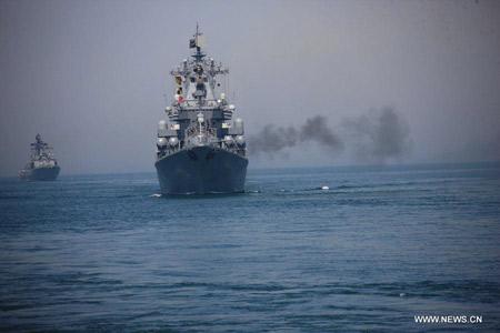 Tuần dương hạm Varyag cũng tham gia cuộc bắn đạn thật.