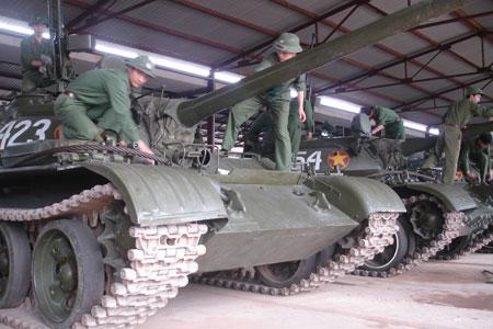 Các chiến sĩ tiến hành công tác lau chùi trong ngày công tác kỹ thuật (lữ đoàn H01).