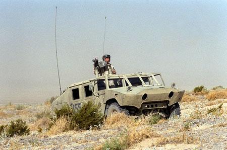 """Người ta phải chế thêm """"lồng sắt"""" mô phỏng đầu xe BRDM lắp vào Humvee, chiếc xe này vẫn còn thiếu tháp pháo thường thấy trên BRDM."""