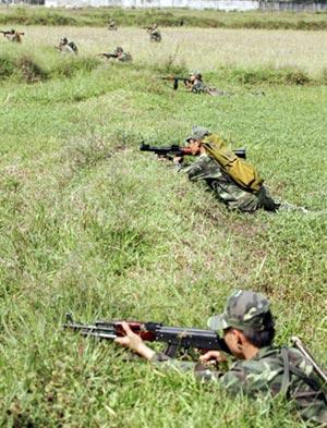 Trung đội phòng ngự chiếm lại công sự.