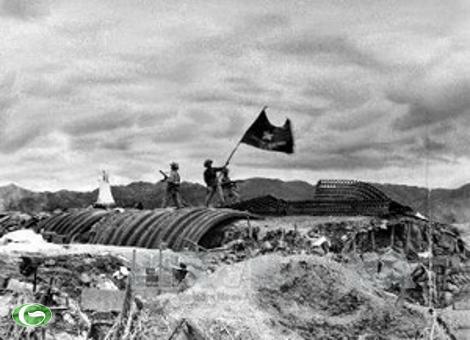 """Lá cờ """"Quyết chiến quyết thắng"""" của Quân đội Nhân dân Việt Nam tung bay trên nóc hầm tướng De Castries."""