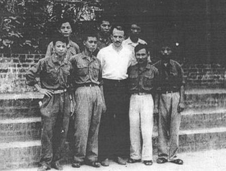 Chuyên gia Liên Xô và các học viên Việt Nam. Ảnh: Internet