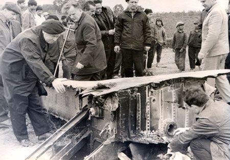 Các chuyên gia Liên Xô xem xét mảnh vỡ máy bay B-52 bị bắn rơi ngày 23/12/1972 trên bầu trời Hà Nội. Ảnh: Internet