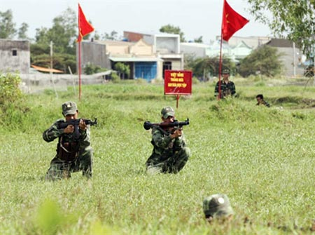 Cán bộ, chiến sĩ Tiểu đoàn 2 luyện tập bài Đại đội bộ binh phòng ngự.