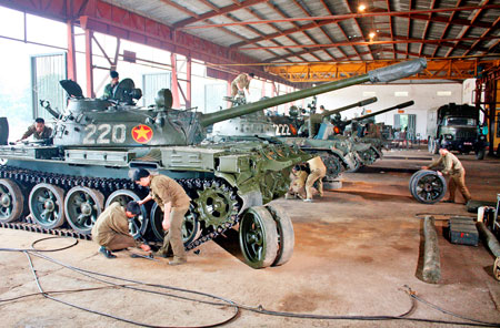 Đội ngũ kỹ thuật binh chủng tiến hành công tác đồng bộ xe tăng.